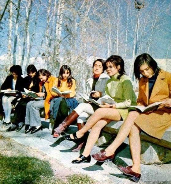 ミニスカートを穿くイラン女性